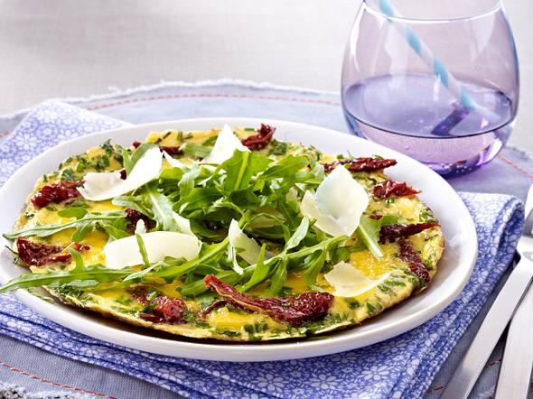 Kräuter-Omelett mit getrockneten Tomaten, Rauke und Parmesan Rezept
