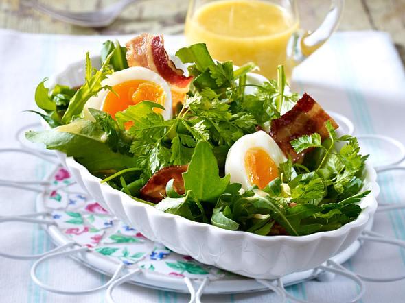 Kräutersalat mit Bohnen, Speck und wachsweichen Eiern Rezept