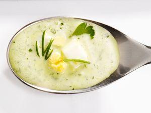 Spargelsoße auf Löffel: Kräutersoße mit gehacktem Ei (Typ Frankfurter grüne Soße) Rezept