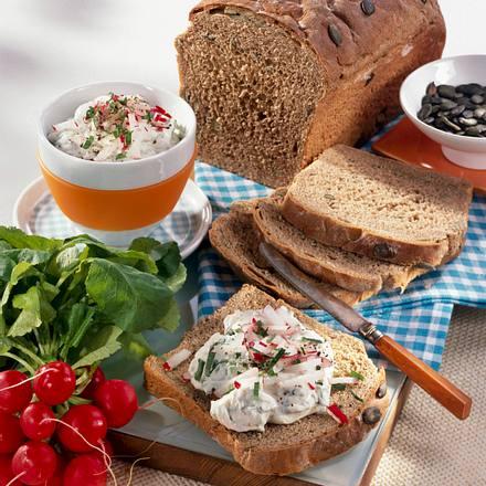 Kürbiskernbrot mit Bärlauch-Frischkäse-Aufstrich Rezept