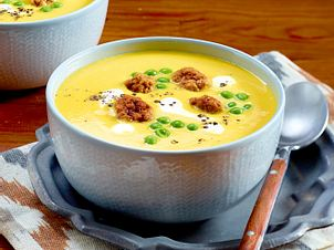 Kürbissuppe mit Erbsen und Brätbällchen Rezept