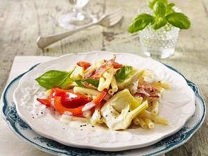 Kurze Makkaroni mit Frischkäse-Sahnesoße, Paprika, gebratenem Speck und Artischocke Rezept