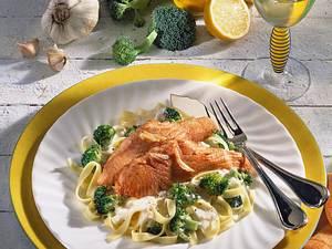 Lachs auf Broccoli-Rahm-Nudeln Rezept