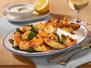 Lachs-Garnelen-Pfanne mit Röstkartoffeln und Zitronen-Joghurtdip Rezept