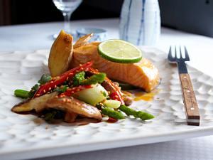 Lachs, in Folie gegart, mit Asia-Sesamgemüse Rezept