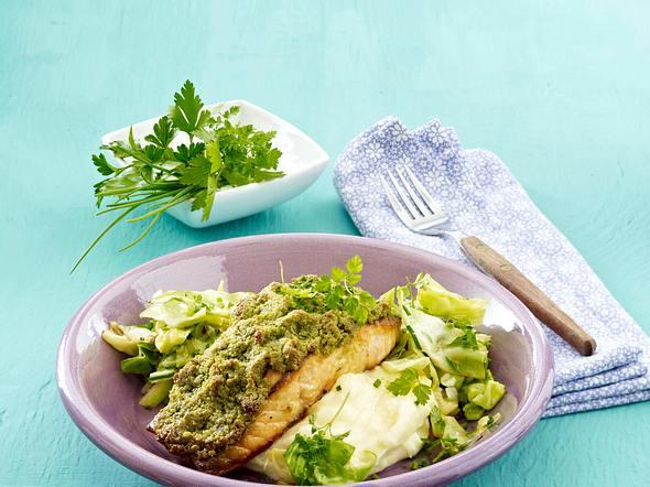 Lachs mit Kräuterkruste und Spitzkohl-Gemüse Rezept