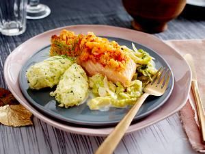 Lachs mit Tomaten-Shrimps-Kruste zu KartoffelNocken und Rahmwirsing Rezept