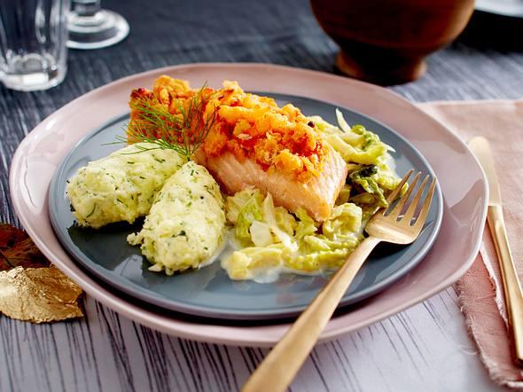 Lachs mit Tomaten-Shrimpskruste zu Kartoffel-Nockerln und Rahmwirsing Rezept