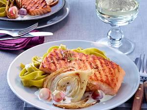 Lachs mit Weißwein-Pfeffersoße auf Fenchelscheiben Rezept