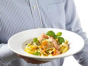 Lachs-Nudeln im Parmesankörbchen Rezept