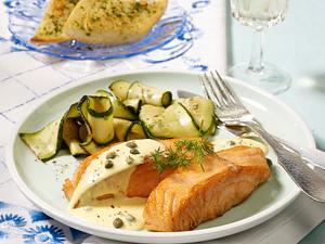 Lachsfilet mit Kapern-Zitronensoße zu Zucchinigemüse und Kräuterbaguette Rezept
