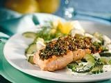 Lachsfilet mit Kräuter-Senfkruste und Gurkengemüse Rezept