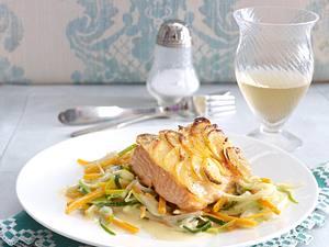 Lachsfilet unter Kartoffel-Kruste auf Julienne-Gemüse Rezept