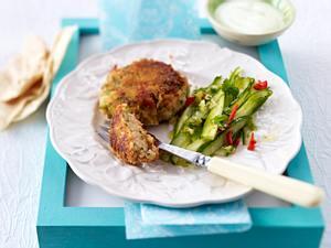Lachsfrikadellen mit Wasabi-Creme fraiche und Gurkensalat Rezept