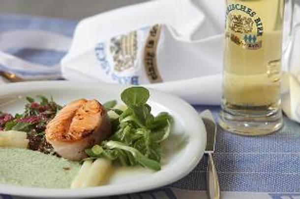 Lachstournedos mit Spargel und Kartoffel-, Kresse- oder rotem Zwiebel-Bierdressing Rezept