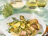 Lachstranchen mit Kräuterfarce in Blätterteig mit gebratenen Zucchini und Zitronen-Sahne-Soße Rezept