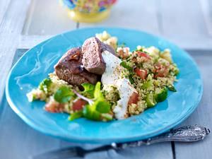 Lammlachse zu Couscous-Petersilien-Salat mit Minzjoghurt Rezept