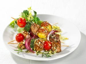 Lammspieße mit Salat und Baguette Rezept