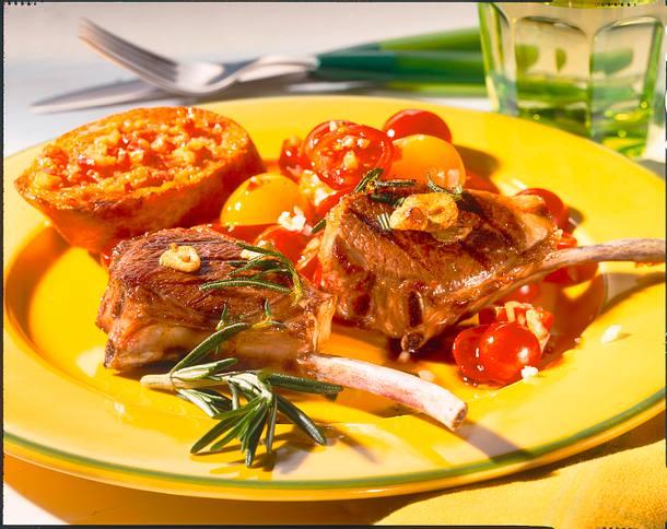 Lammstielkoteletts mit Paprika-Baguette Rezept
