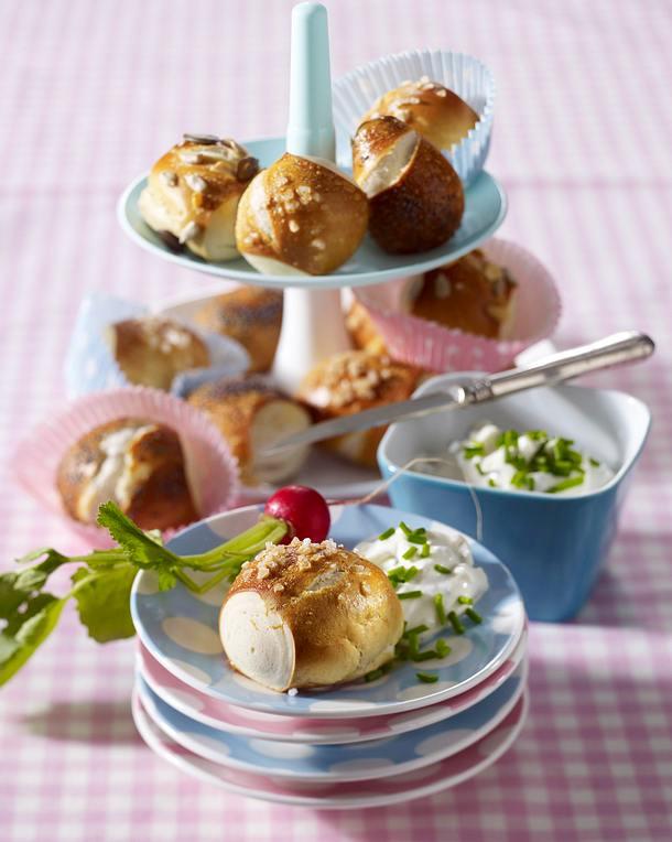 Laugen-Konfekt mit Frühlings-Frischkäse-Dip Rezept