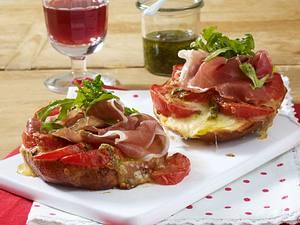 Laugenbrötchen-Croque mit Parmaschinken & Pesto Rezept