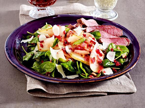 Lauwarmer Apfel–Birnen–Salat mit Rote-Bete-Vinaigrette und Steakstreifen Rezept