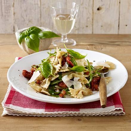 Lauwarmer Farfalle-Salat mit Tomatendressing Rezept