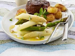 Lauwarmer Spargelsalat (grün, weiß) mit Balsamico-Dressing zu Rinderfilet und neuen Kartoffeln mit Bröselbutter Rezept