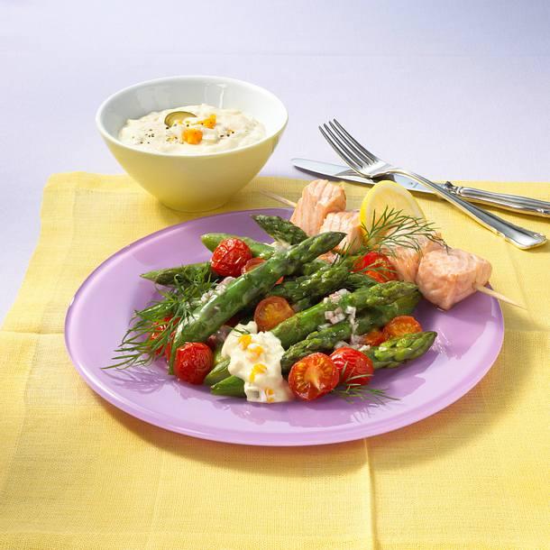 Lauwarmer Spargelsalat mit Lachsspießen Rezept