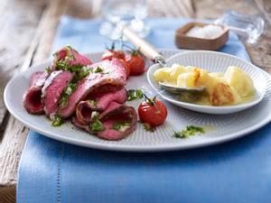 Lauwarmes Roastbeef mit Petersiliensoße und gratinierten Sahnekartoffeln Rezept