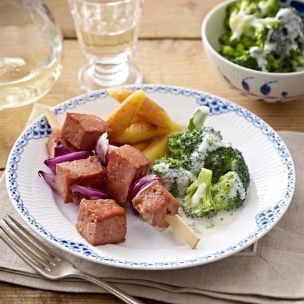 Leberkäs-Spieße zu gebratenen Schupfnudeln und Rahm-Brokkoli-Gemüse Rezept