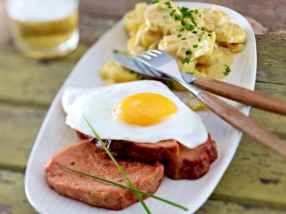 Leberkäse mit Kartoffelsalat und Spiegelei Rezept