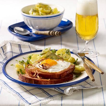 Leberkäse mit Spiegelei und Kartoffelsalat Rezept