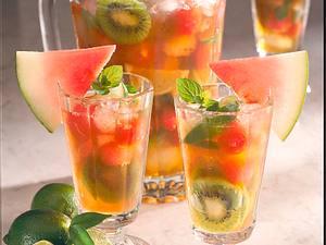 Limetten-Eistee mit Melone und Kiwis Rezept