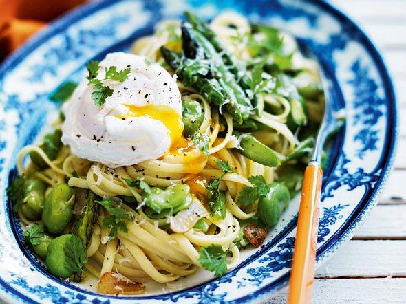 Linguine mit dicken Bohnen, Spargel und pochierten Eiern Rezept