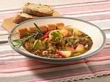 Linsen-Apfel-Eintopf mit Würstchen Rezept
