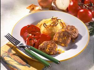 Mais-Frikadellen mit Kartoffelpüree, Zwiebelringen und Tomatensalat Rezept