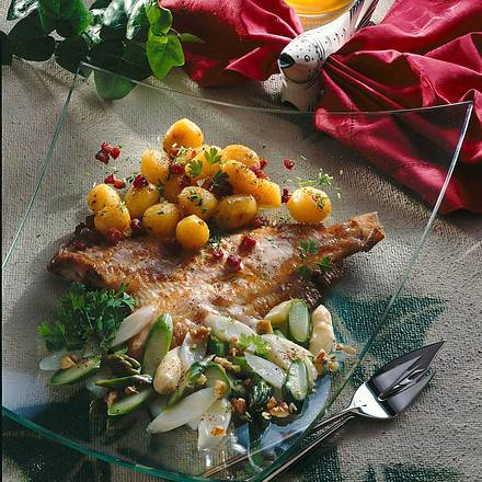 Maischolle mit Spargelsalat und Speckkartoffeln Rezept