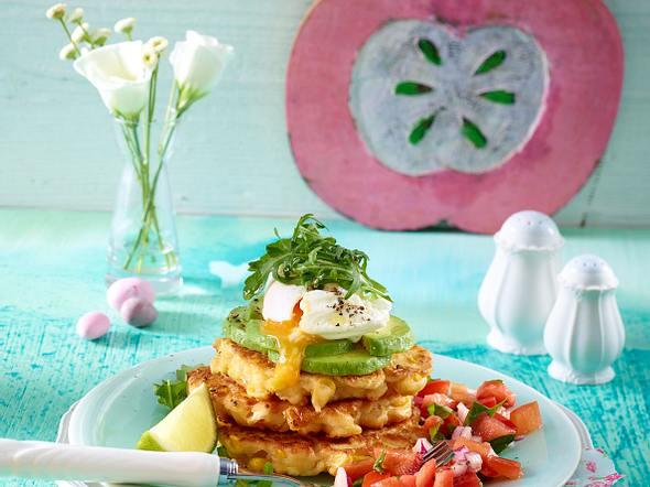 Maispuffer-Türmchen mit Avocado und pochiertem Ei Rezept