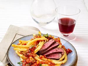 Makkaroni mit Paprikasugo und Steakstreifen Rezept
