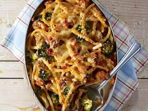 Makkaroniauflauf mit Brätklößchen und Broccoli in Tomatensoße Rezept