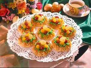 Makronen-Osternester mit Früchten Rezept