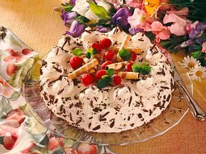 Malaga-Eistorte mit Kirschen Rezept