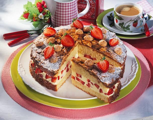 Mandel-Bienenstich mit Erdbeeren Rezept