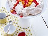 Mango-Pavlova mit Vanille-Sahne und Erdbeersoße Rezept