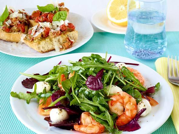 Marinierte Knoblauch-Garnelen mit gemischtem Salat Rezept