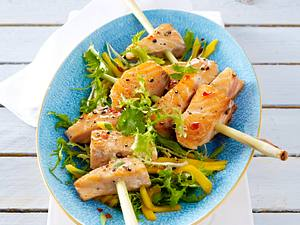 Marinierte Lachsspieße auf Mango-Frisée-Salat Rezept