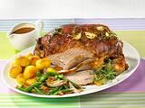 Marinierte Lammkeule mit grünen Bohnen, Röstkartoffeln und Sahne-Soße Rezept