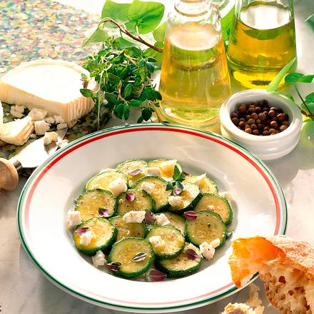Marinierte Zucchini mit Schafskäse Rezept
