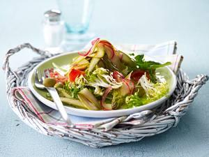 Marinierter Spargelsalat mit Tomate, Rauke, Frisee und Oliven Rezept